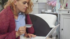 Dziewczyna płaci z jej kredytową kartą zbiory wideo