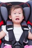 Dziewczyna płacz przy Seat i przymocowywa pas bezpieczeństwa obrazy royalty free