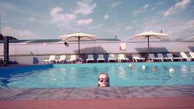 Dziewczyna pływa w basenie, piękna młoda kobieta kąpać się, komes up od wody kobieta patrzeje kamery ono uśmiecha się zdjęcie wideo