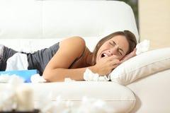 Dziewczyna płacze desperacko w domu Zdjęcia Royalty Free