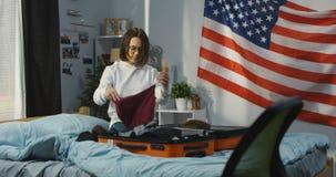 Dziewczyna pakuje samotnie zbiory