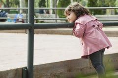 Dziewczyna patrzeje boisko Zdjęcia Royalty Free