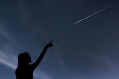 Dziewczyna patrzeje gwiazdy Dziewczyna robi życzeniu widzieć shooti obrazy stock