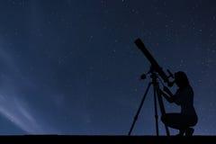 Dziewczyna patrzeje gwiazdy z teleskopem nocne niebo gwiaździsty Zdjęcia Royalty Free