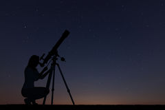 Dziewczyna patrzeje gwiazdy z teleskopem nocne niebo gwiaździsty Zdjęcie Stock