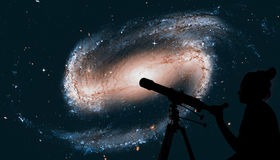 Dziewczyna patrzeje gwiazdy z teleskopem spirala galaktyki Fotografia Royalty Free