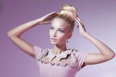 Dziewczyna patrzeje jak Barbie lala fotografia royalty free