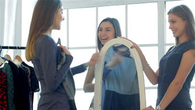 Dziewczyna patrzeje jego nowego przy lustrem zbiory