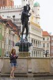Dziewczyna patrzeje mapy pozycję przy głównym placem Rynek Poza Fotografia Stock