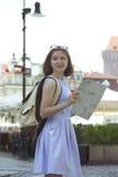 Dziewczyna patrzeje mapy pozycję przy głównym placem Rynek Poza Zdjęcie Stock