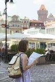 Dziewczyna patrzeje mapy pozycję przy głównym placem Rynek Poza Zdjęcie Royalty Free