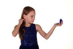 Dziewczyna patrzeje na lustrze Zdjęcia Stock