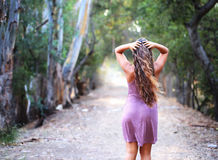 Dziewczyna patrzeje naprzód w sukni na śladzie Zdjęcie Stock