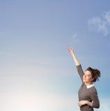 Dziewczyna patrzeje niebieskiego nieba copyspace Zdjęcia Royalty Free