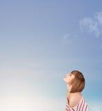 Dziewczyna patrzeje niebieskiego nieba copyspace Fotografia Stock