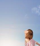 Dziewczyna patrzeje niebieskiego nieba copyspace Obrazy Royalty Free
