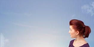 Dziewczyna patrzeje niebieskiego nieba copyspace Zdjęcie Royalty Free