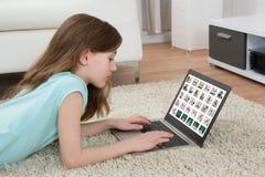 Dziewczyna Patrzeje obrazki Na laptopie zdjęcie stock