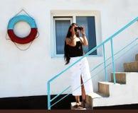 Dziewczyna patrzeje przez lornetek Fotografia Stock