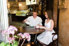 Dziewczyna patrzeje smilingly przy jej mężczyzna fotografia royalty free