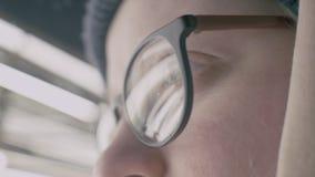 Dziewczyna patrzeje ulicę z szkieł oczami, ekstremum z w górę odbicia zbiory wideo