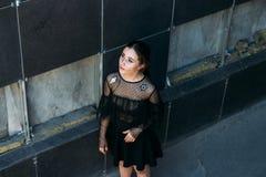 Dziewczyna patrzeje up przy niebem Emocjonalny portret moda elegancki portret ładna młoda kobieta miasto portret smutna dziewczyn Obraz Stock