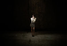 Dziewczyna patrzeje w ciemnym pokoju obraz stock