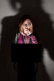 Dziewczyna patrzeje w laptopie Obrazy Stock