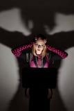 Dziewczyna patrzeje w laptopie Fotografia Royalty Free