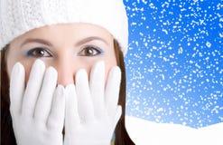 dziewczyna patrzeje zdziwioną zimę fotografia royalty free