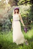 dziewczyna piękno dziewczyna Ładna kobieta w zielonej trawy i liści tle w wiosna romantycznym dniu obraz royalty free