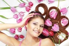 dziewczyna piękni tulipany Zdjęcia Royalty Free