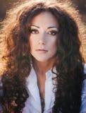 dziewczyna piękny kędzierzawy włosy tęsk Fotografia Royalty Free