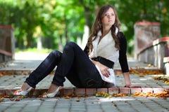 dziewczyna piękny park siedzi potomstwa Zdjęcia Stock