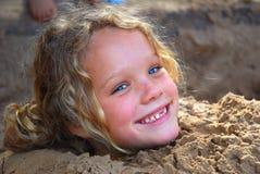 dziewczyna piasek mały bawić się obraz stock