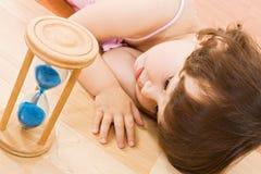 dziewczyna piasek szklany mały Obrazy Royalty Free
