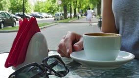 Dziewczyna pije filiżankę kawy na kawiarni zbiory wideo
