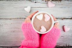 Dziewczyna pije gorącą czekoladę z marshmallows ` s sercami Fotografia Royalty Free