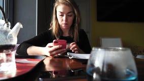 Dziewczyna pije herbaty w kawiarni zbiory wideo