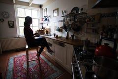 Dziewczyna pije herbaty w kuchni fotografia royalty free