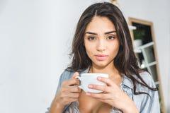 Dziewczyna pije kawę w bieliźnie Obraz Stock