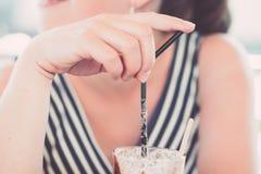 Dziewczyna pije kawę przy kawowym barem Obrazy Royalty Free