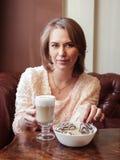 Dziewczyna pije kawę z ciastkami Fotografia Royalty Free
