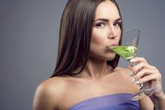 Dziewczyna pije koktajl przy przyjęciem fotografia stock
