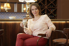 Dziewczyna pije latte Zdjęcia Royalty Free