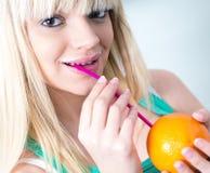 Dziewczyna pije pomarańcze od słomy Obrazy Stock