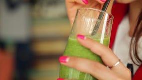 Dziewczyna pije zielonych smoothies z owoc i warzywo zbiory wideo