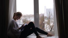 Dziewczyna pisze dzienniczku zbiory