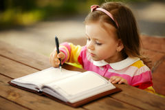 Dziewczyna pisze notepad obraz stock