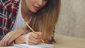 Dziewczyna pisze w jej notatniku zdjęcie wideo